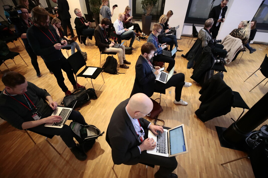 NORGE: Journalistene må sitte én meter fra hverandre, men flere reagerer på at samme mikrofon sendes rundt, når statsminister Erna Solberg (H) og helseminister Bent Høie (H) orienterer om nye tiltak for å bekjempe koronaviruset torsdag 12. mars.