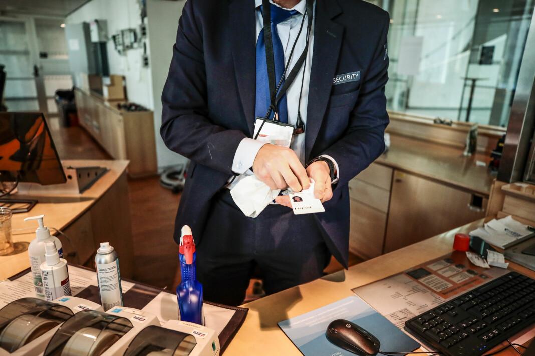 NORGE: Departementene innfører hygienetiltak. Pressekort blir desinfisert før pressen kan gå inn.