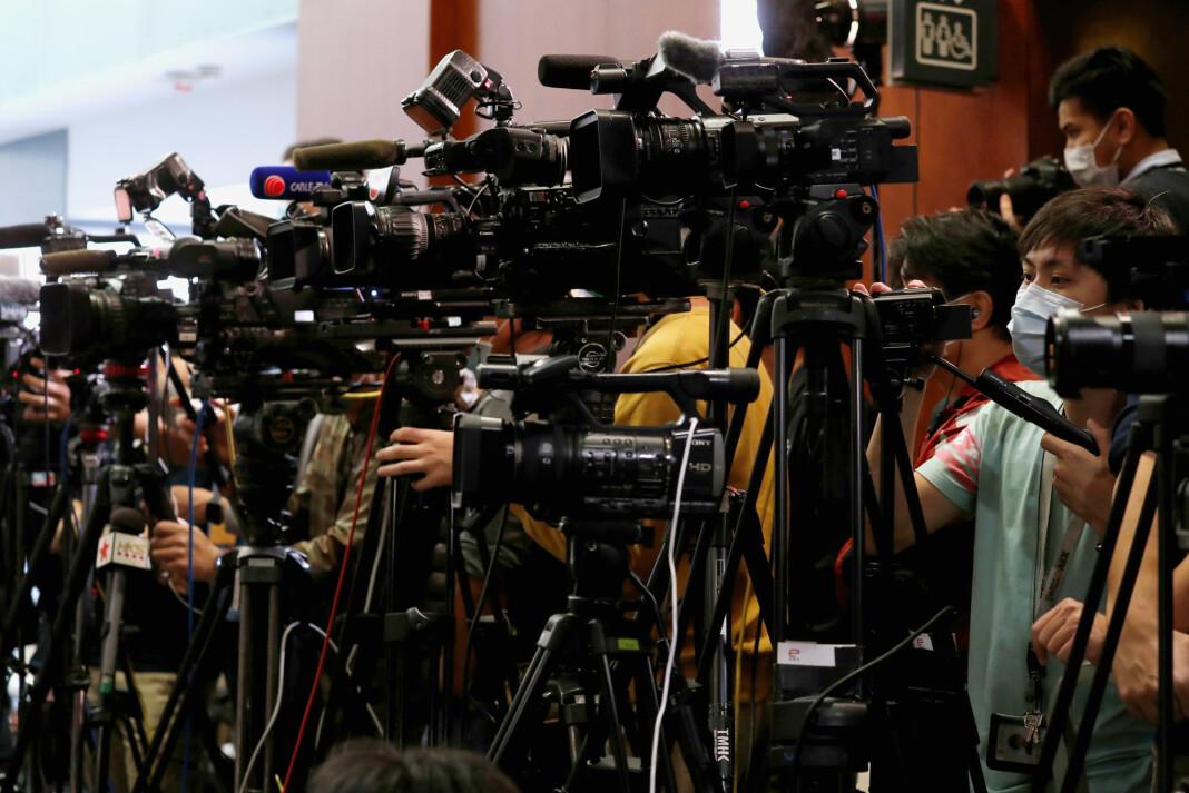 HONG KONG: Journalister har på seg masker på jobb, men står tett i tett. Februar 2020.