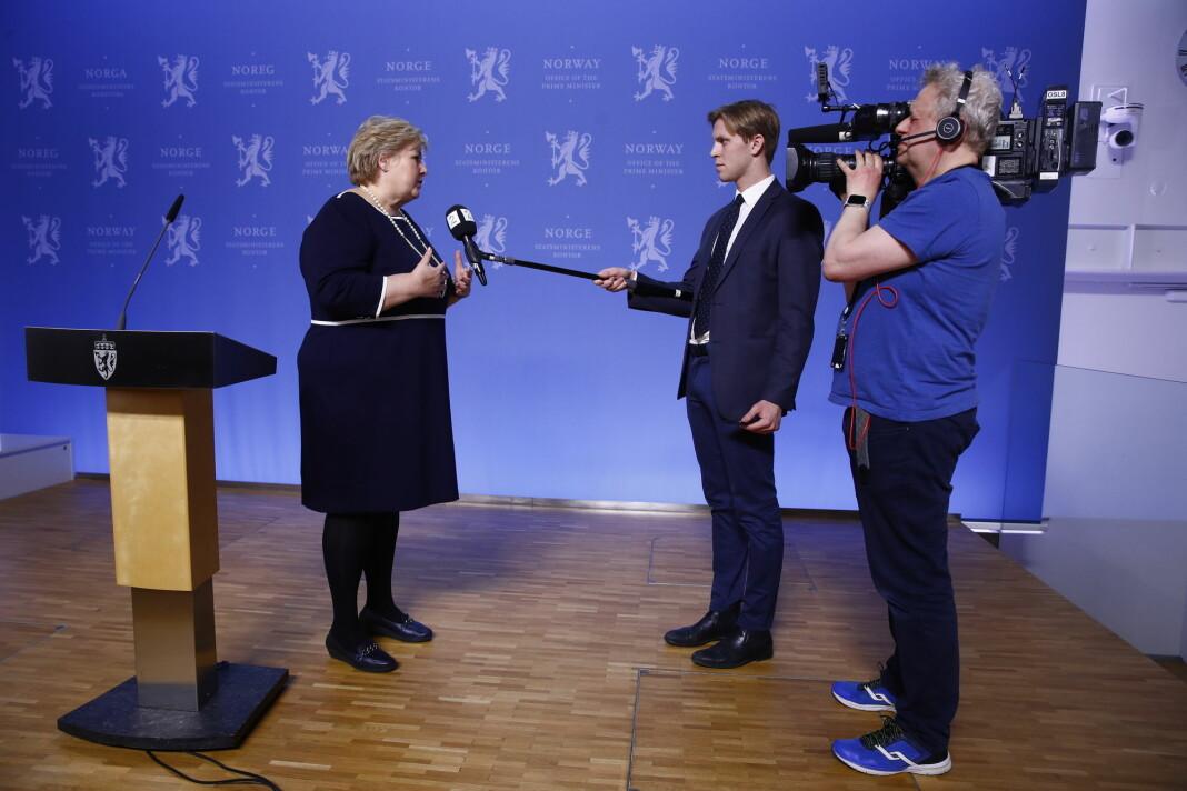 NORGE: TV 2-journalist Magnus Braaten intervjuer Erna Solberg på god avstand etter pressekonferansen om koronaviruset torsdag 12. mars.