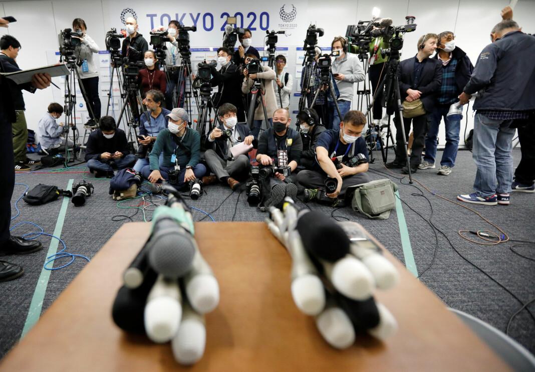 JAPAN: Journalister med beskyttelsesmasker venter på Toshiro Muto, sjef for organisasjonskommitteen for OL i Tokyo 2020. Mars 2020.