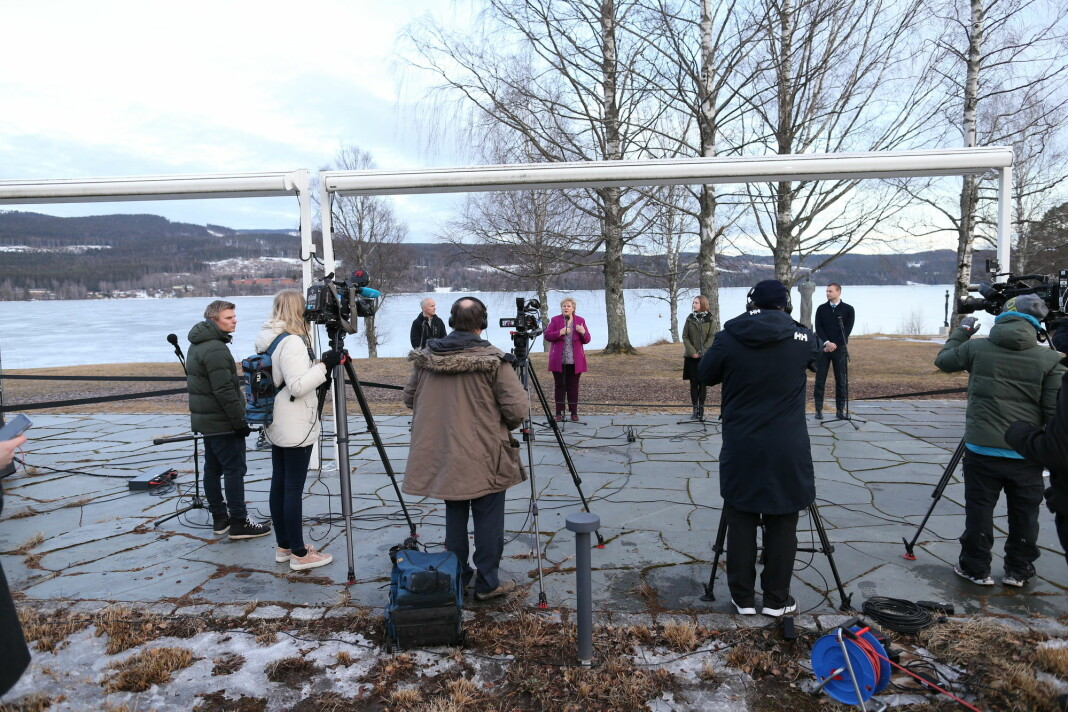 God avstand mellom både pressefolk og statsråder på pressekonferanse før regjeringens budsjettkonferanse på Hurdalsjøen hotell mandag ettermiddag.