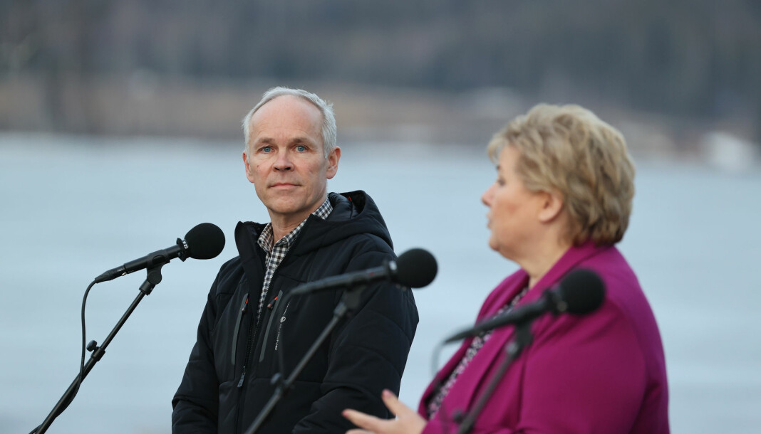 Finansminister Jan Tore Sanner åpner for at frilansere skal få sosialhjelp fra første dag. Her med statsminister Erna Solberg under gårsdagens pressekonferanse om budsjettforhandlingene.