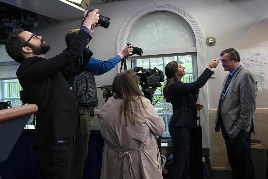 USA: Associated Press-journalist Kevin Freking får temperaturen målt før pressekonferanse om koronaviruset i Det hvite hus.