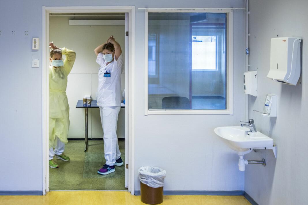 Ansatte på Ullevål sykehus blir påkledd riktig beskyttelsesutstyr.
