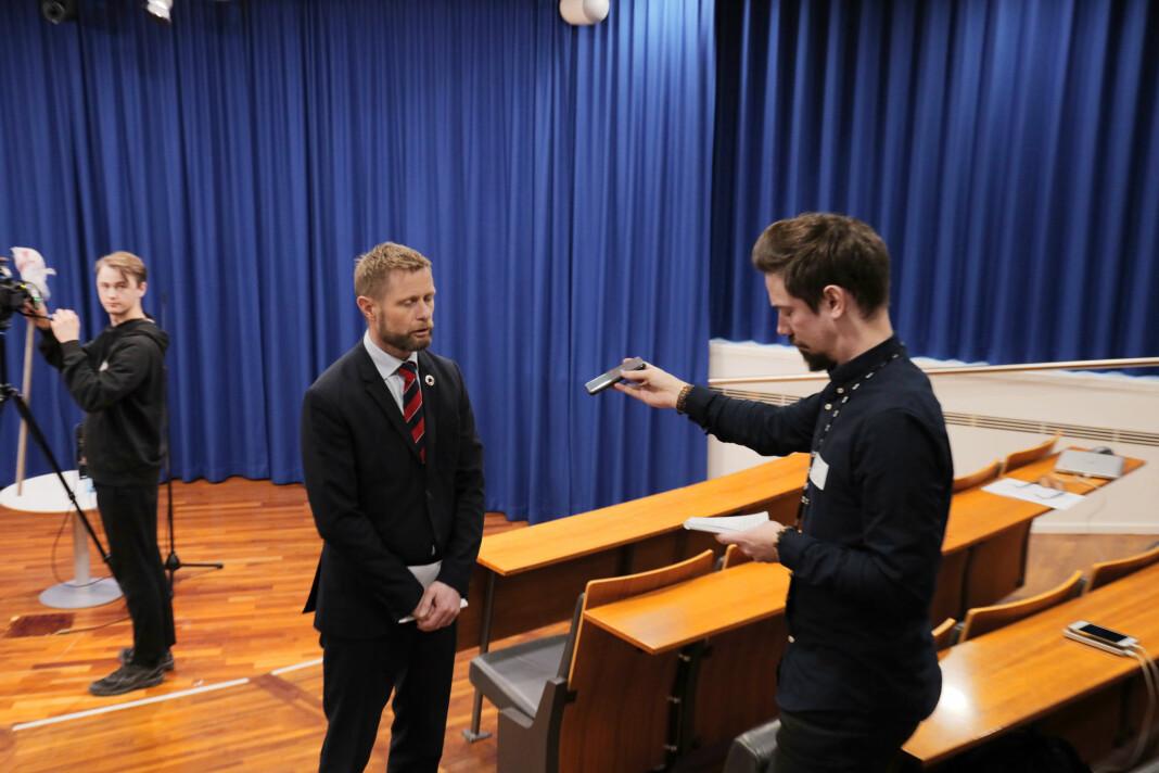 NORGE: Helseminister Bent Høie blir intervjuet av Fredrik Moen Gabrielsen i NTB, som holder god avstand.