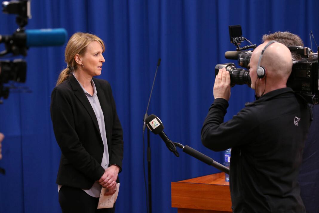NORGE: Stadig flere medier tar i bruk lange mikrofonstativer. Her er det TV 2 som intervjuer Line Vold, avdelingsdirektør i Folkehelseinstituttet Line Vold.