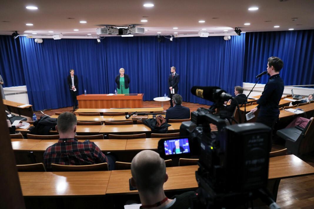 NORGE: Journalistene holder god avstand seg i mellom på pressekonferansen med blant andre statsminister Erna Solberg og helseminister Bent Høie.