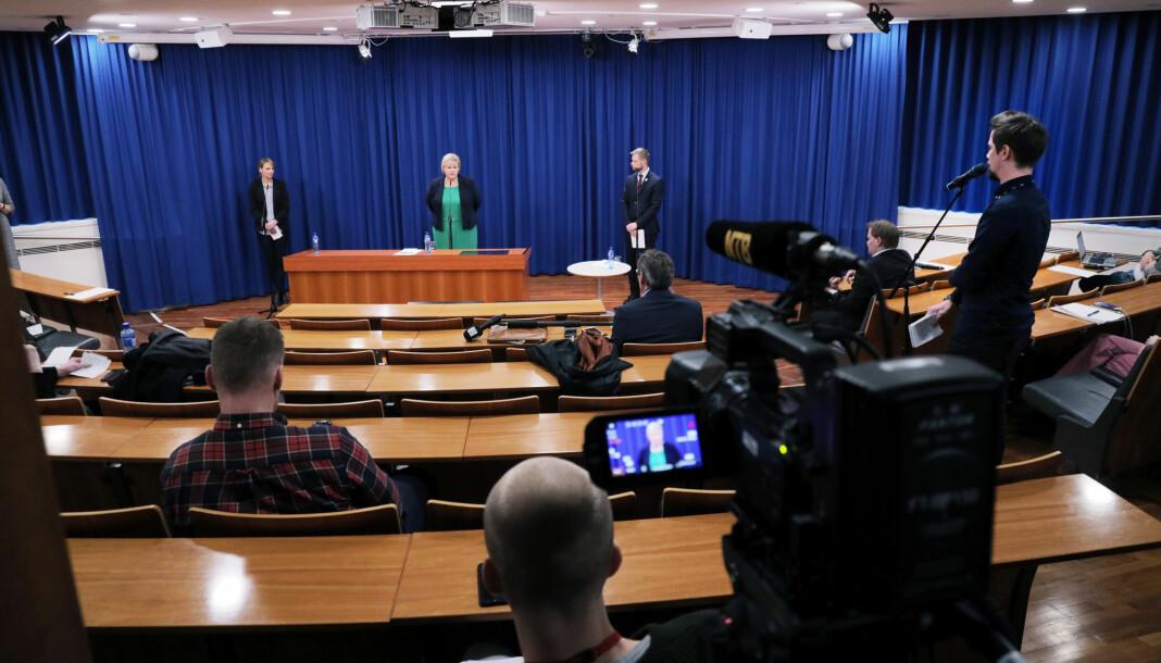 Journalistene holder avstand på pressekonferanse med Erna Solberg og helsemyndighetene.