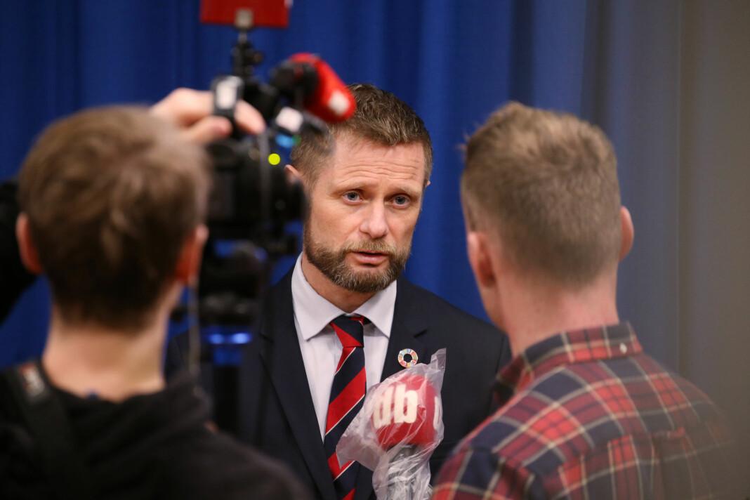 NORGE: Dagbladet TV har valgt å pakke inn sine mikrofoner. Her intervjuer de Bent Høie.