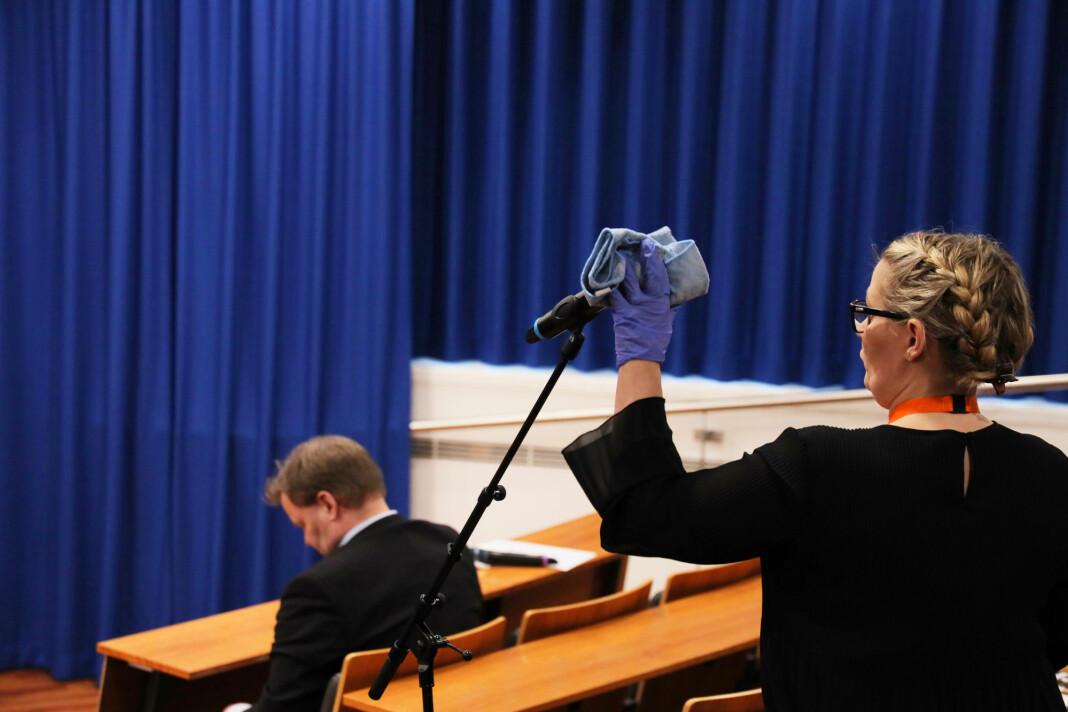 NORGE: Rengjøring av mikrofonen som pressen bruker mellom spørsmålene.