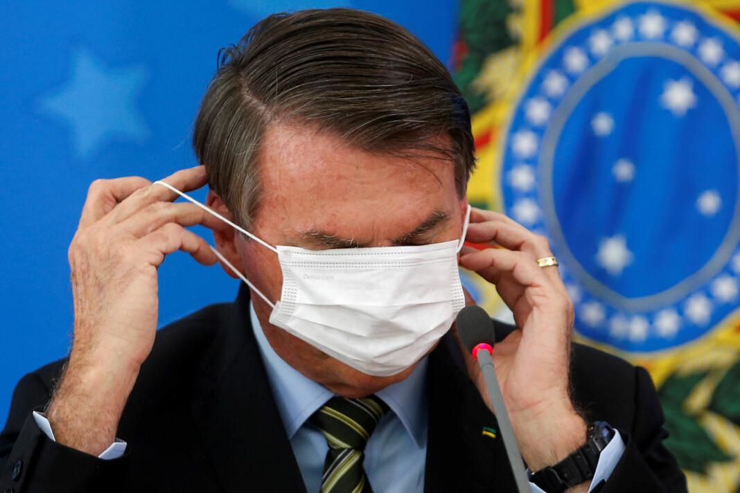 BRASIL: President Jair Bolsonaro gjør seg klar for å møte pressen i Brasilia.