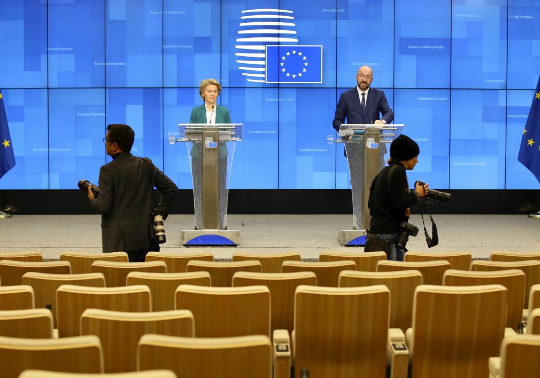 BELGIA: De to fotografene har ingen problemer med å holde god avstand på denne pressekonferansen i Brussel.
