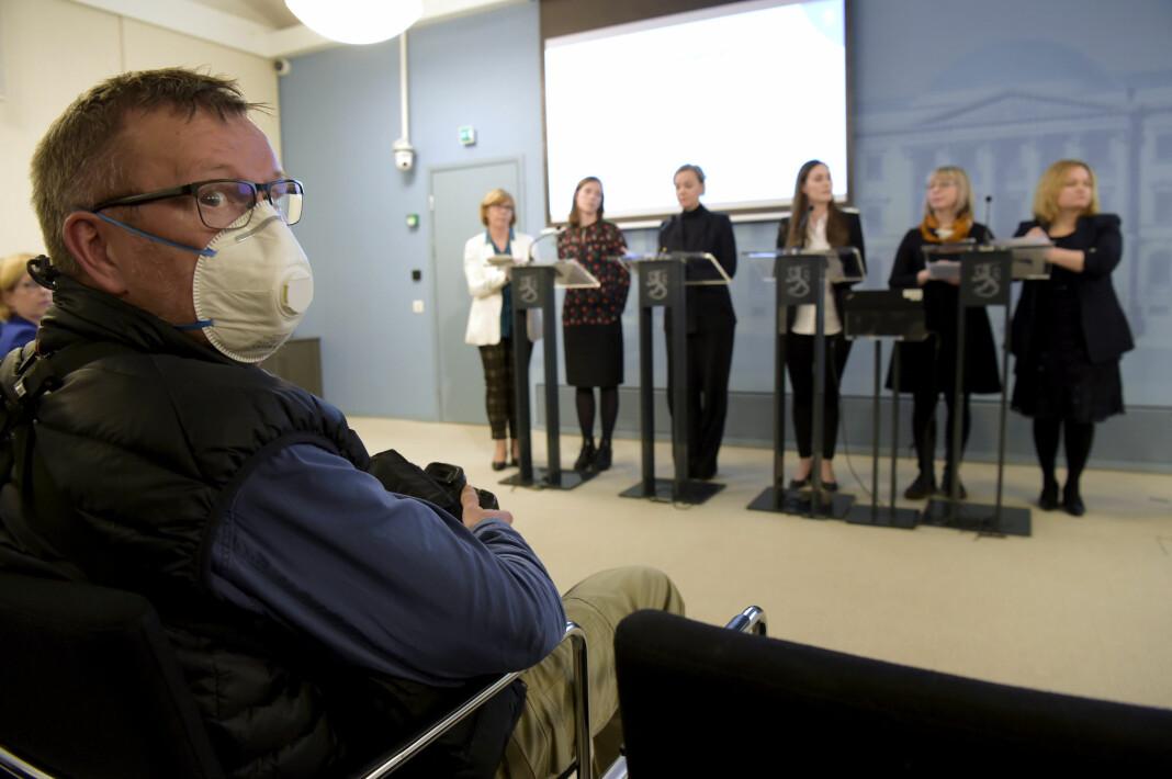 FINLAND: En finsk fotograf velger å bruke munnbind under en pressekonferanse i Helsingfors hvor myndighetene presenterer sine koronatiltak.