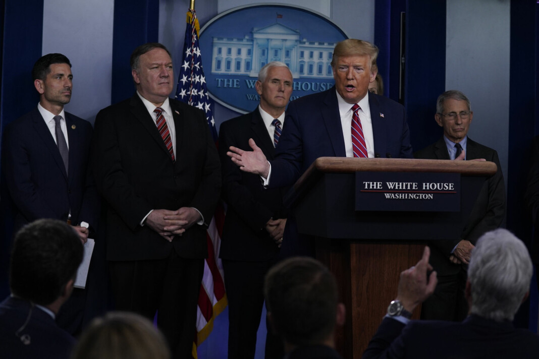 President Donald Trump svarer på sin måte da NBC News korrespondent Peter Alexander stiller spørsmål fredag i Det hvite hus.