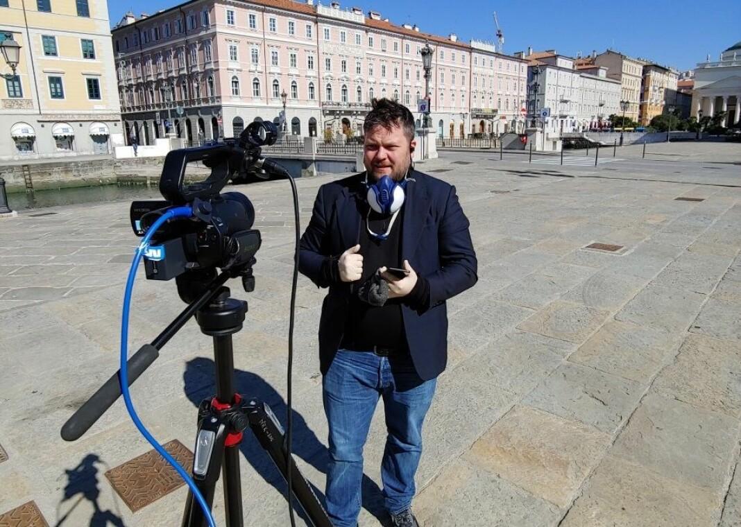 NRK-korrespondent Roger Sevrin Bruland på jobb i Trieste i Nord-Italia.