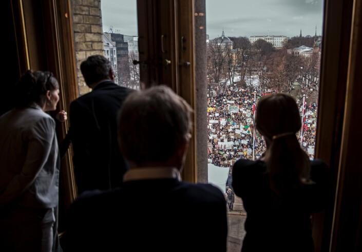 Klimabrølet  Tusenvis av miljøbevisste barn og unge har møtt opp foran Stortinget for å demonstrere mot menneskeskapte klimaendringer, inspirert av svenske Greta Thunberg. På innsiden av stortingssalen følger politikerne med på det som skjer utenfor.