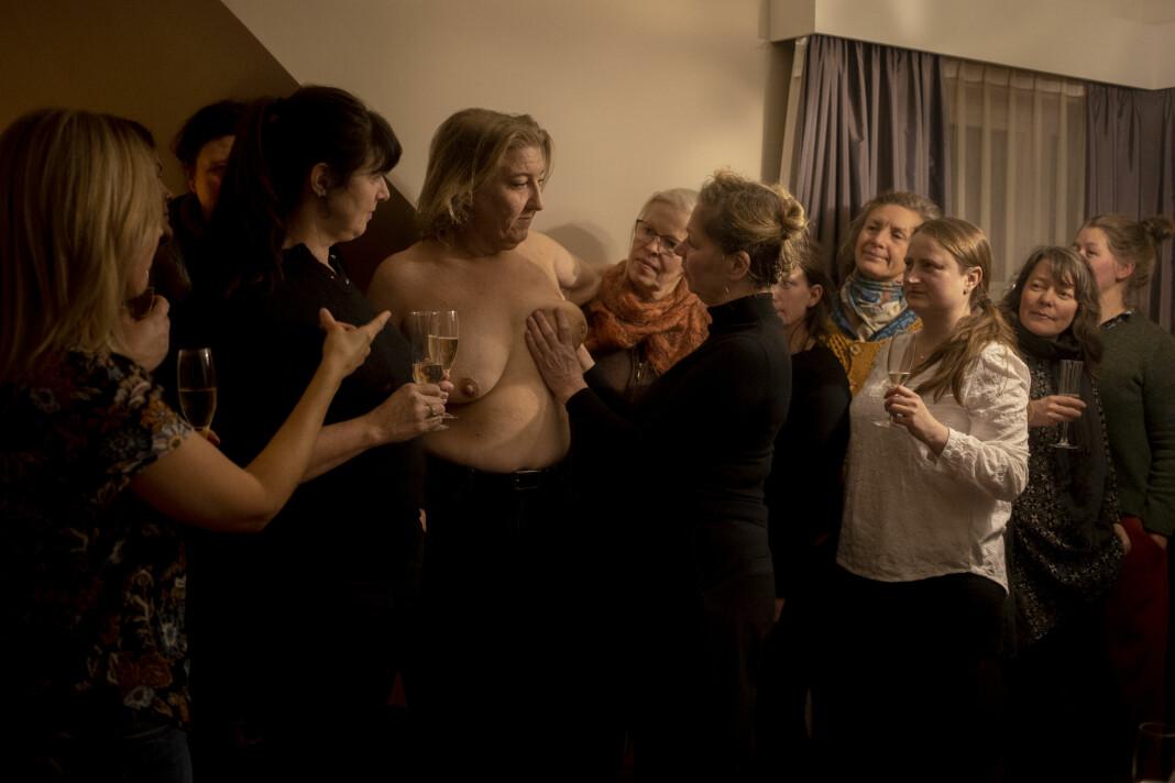 «Vil du tafse litt på meg?». Årets bilde 2019 er tatt av Monica Strømdahl. Av alle rare ting Helene Gallis (42) har gjort i livet, er dette det rareste. Da hun fikk brystkreft inviterte hun venner og bekjente til «tafsefest», så de fikk kjenne på kulen i brystet og vite hva man kan gjøre for å sjekke seg selv.