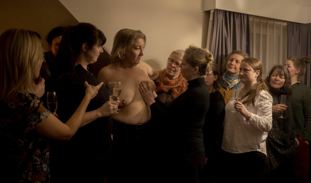 Dette bildet ble i fjor kåret til Årets bilde 2019. Det viser Helene Gallis som inviterte til «tafsefest» da hun fikk påvist brystkreft. Det ble tatt av Monica Strømdahl som frilanser for Aftenposten. Strømdahl er nominert også i år.