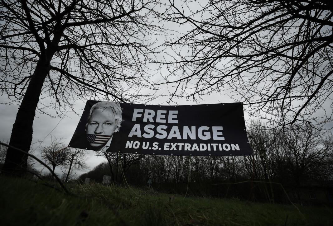 Det har vært mange demonstrasjoner for å få frigitt Julian Assange. Nå vil advokatene hans at han skal løslates mot kausjon på grunn av smittefare.