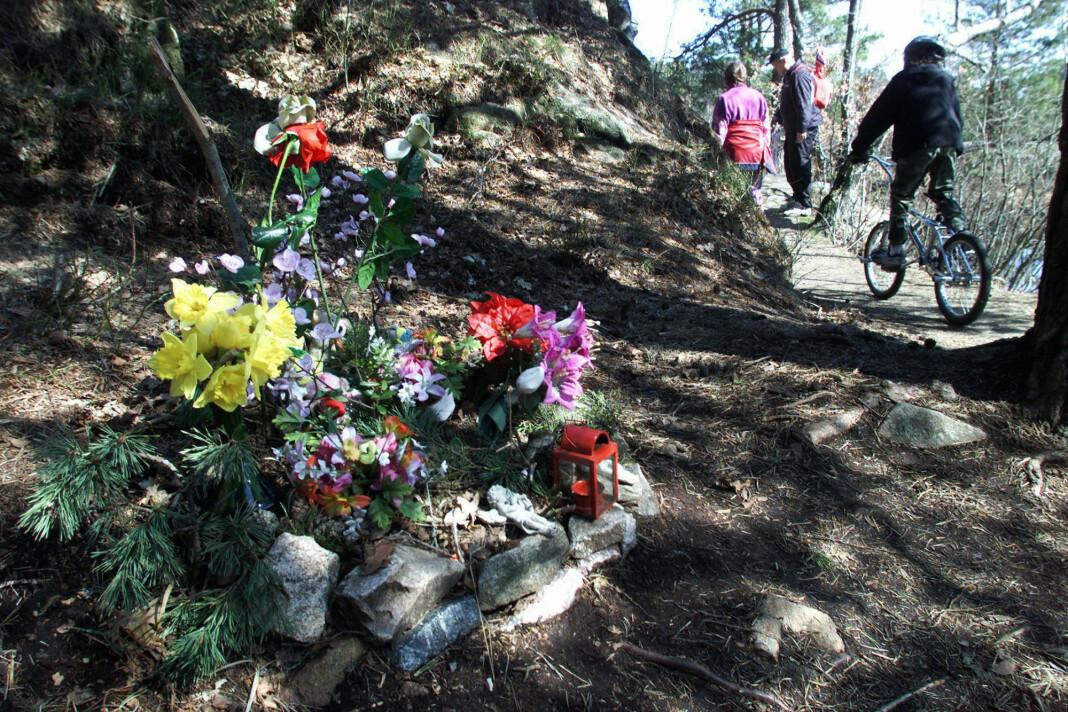 Blomster lagt ned nær stedet hvor Stine Sofie Sørstrønen og Lena Sløgedal Paulsen ble drept 19. mai 2000. Bildet er fra 2001.