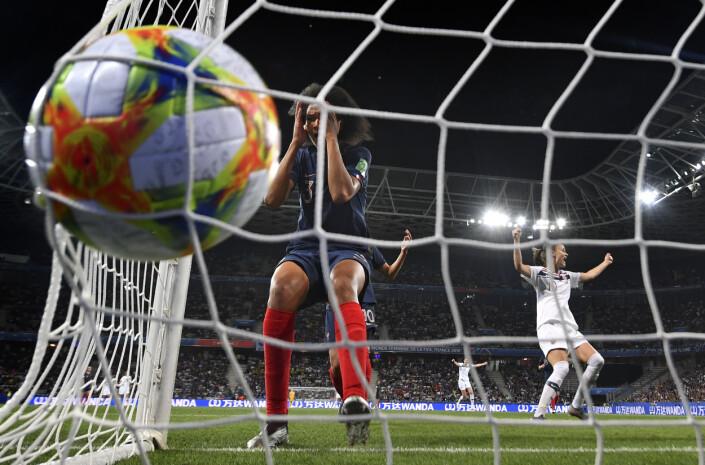 Frankrike møter Norge i fotball-VM i Nice.  Hjemmelagets Wendie Renard fortviler etter å ha utlignet til 1-1 med et selvmål til de norske jentene. Til høyre i bakgrunnen jubler Norges Caroline Graham Hansen. 18 minutter senere fikk Frankrike straffe som gjorde at de slutt vant kampen 2-1.