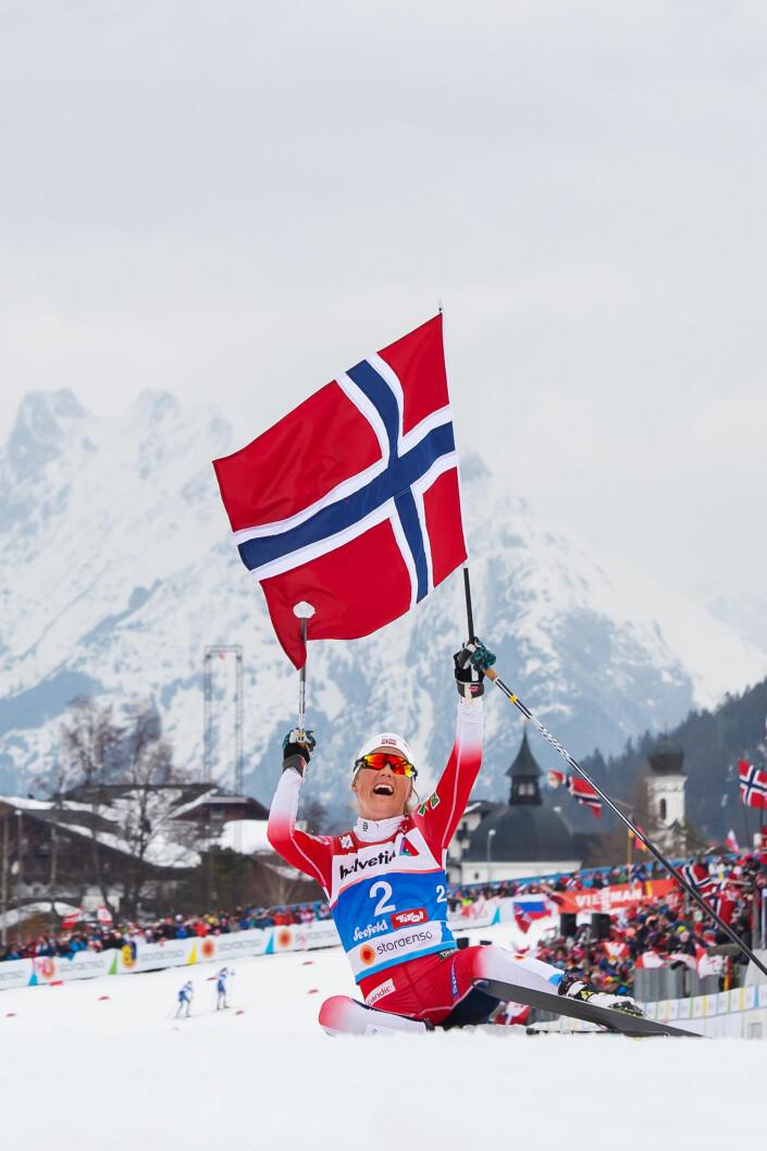 Norges Therese Johaug jubler etter å ha vunnet kvinnenes 30 km under ski-VM i Seefeld, Østerrike.