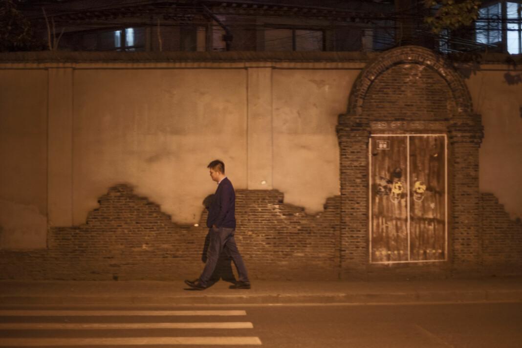 Lost in Translation. Cheng Xi (26) går i en av Shanghais sidegater på vei hjem fra sin månedlige tur til frisøren. Håret skal være kort, og skal ikke være i veien. Det er seks år siden Xi flyttet til storbyen. Å møte jenter er utelukket. Xi eier ingenting. Tradisjonelt er det forventet at mannen skal eie både bil og hus før man får gå på date. – Jeg føler meg ensom, og savner å ha en kjæreste. Det er fint når noen har dype følelser for deg. Shanghai er en stor, ensom by, forteller han.