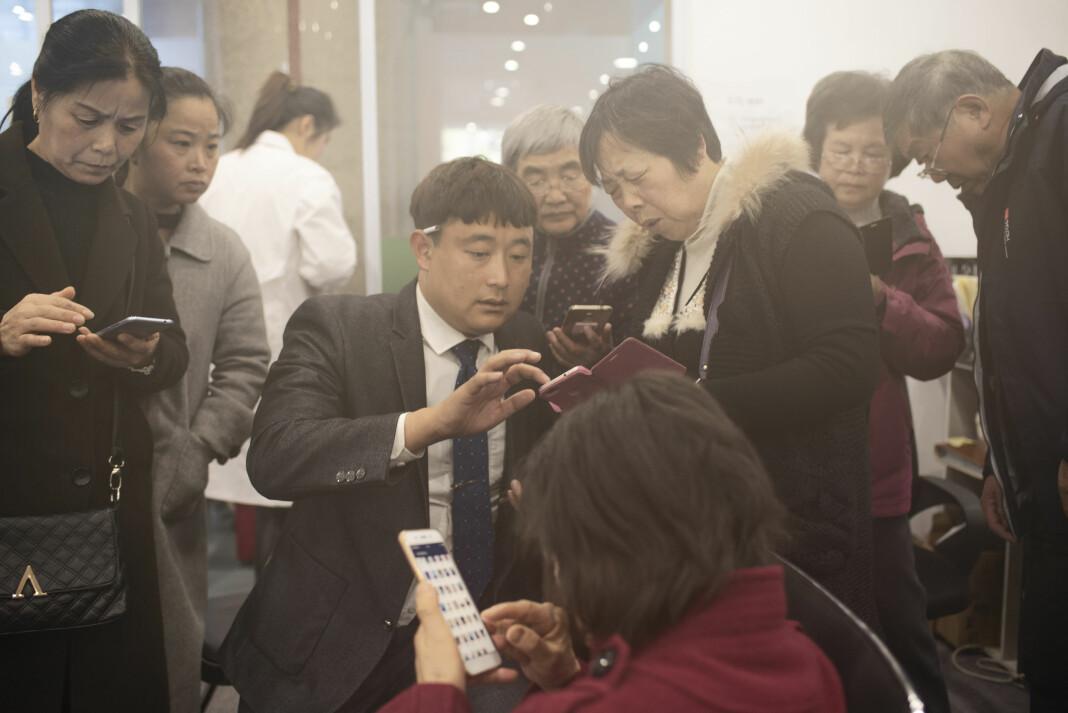 Shanghais giftekniv. Foreldre flokker seg rundt Chu (32) for å få hans Wechat, Kinas svar på vestlige sosiale medier. Han jobber fulltid som ekteskapsmegler, og spleiser foreldrenes barn med hverandre uten at de selv vet det. Chu prøver å spleise 4000 mennesker i året. På fem år har han spleiset 60 par. De fleste av kundene hans er mellom 32 og 37 år. Det å ha familie er noe av det viktigste i kinesisk tradisjon. Helst skal du gifte deg før fylte 30 år, og presset øker i takt med alderen. Foreldrene og samfunnet maser jo eldre du blir.