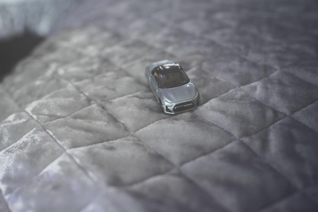 Ekteskap på auksjon. Det forventes at mannen eier både hus og bil før man anses som ekteskapsmateriale. For å få kjøpt en bil må man først på auksjonskamp om bilskilt. Prisen i Shanghai kan gå over 100.000 norske kroner; mer enn selve kjøretøyene. Storbyen har begrenset antallet biler som kan kjøre på veiene. Konkurransen er knallhard om du vil vise frem deg og bilen din.