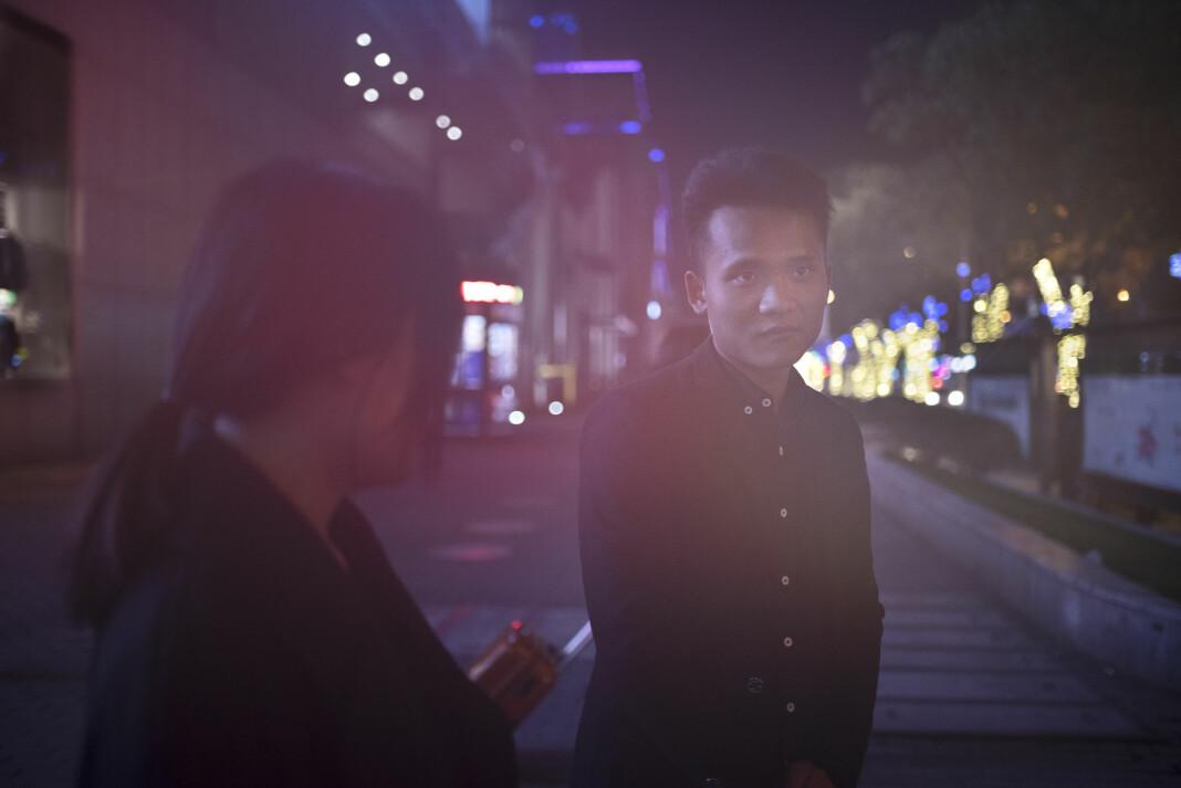 Betalt selskap. Yu Ting Ting (25) og Cheng Long (25) har vært på en tilsynelatende normal middag. Bortsett fra at Ting Ting tjener rundt 400 norske kroner i timen for selskapet sitt. Hun er en av hundre tusen som leier seg selv ut via appen Hiremeplz - et av flere selskap i Kina som tilbyr utleie av falske kjærester. Bedriften har i dag rundt to millioner brukere. Flesteparten er menn.