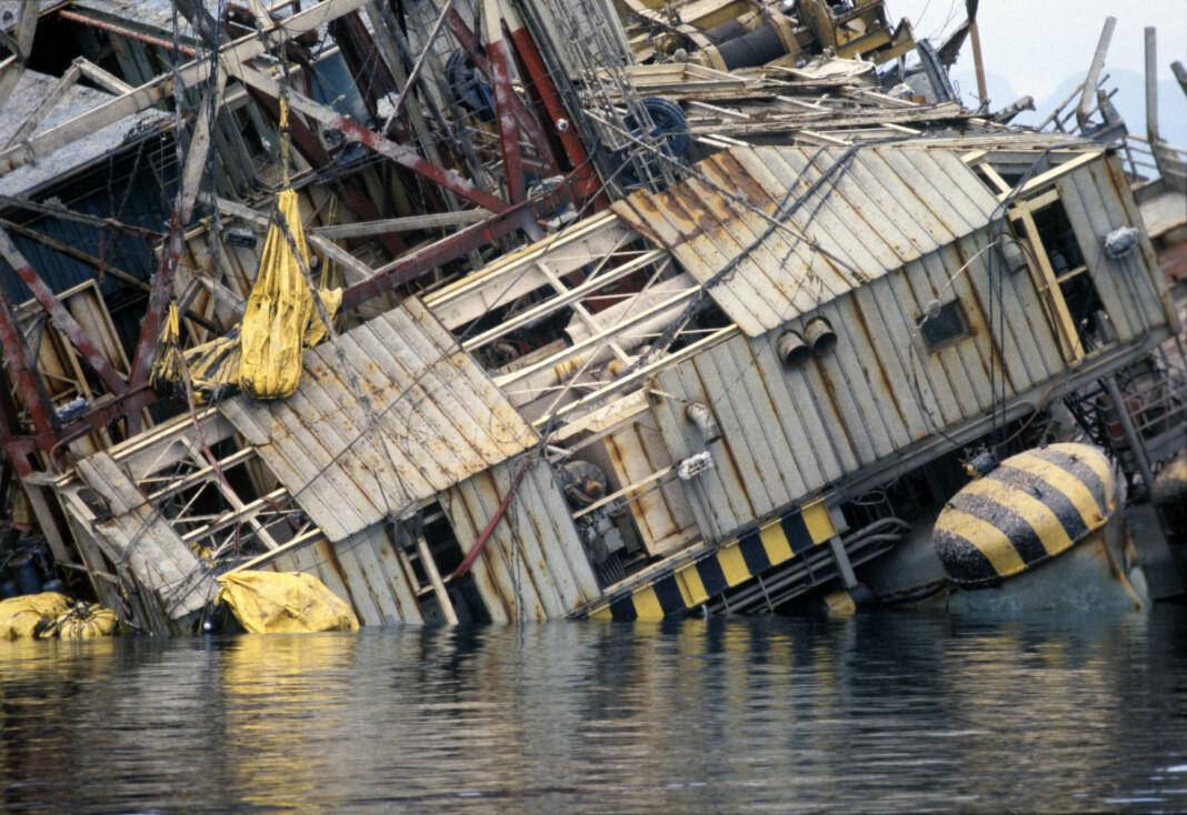 Fredag er det 40 år siden boligplattformen «Alexander L. Kielland» kantret på Ekofiskfeltet i Nordsjøen. Bildet er fra 1983 da plattformen ble forsøkt snudd.
