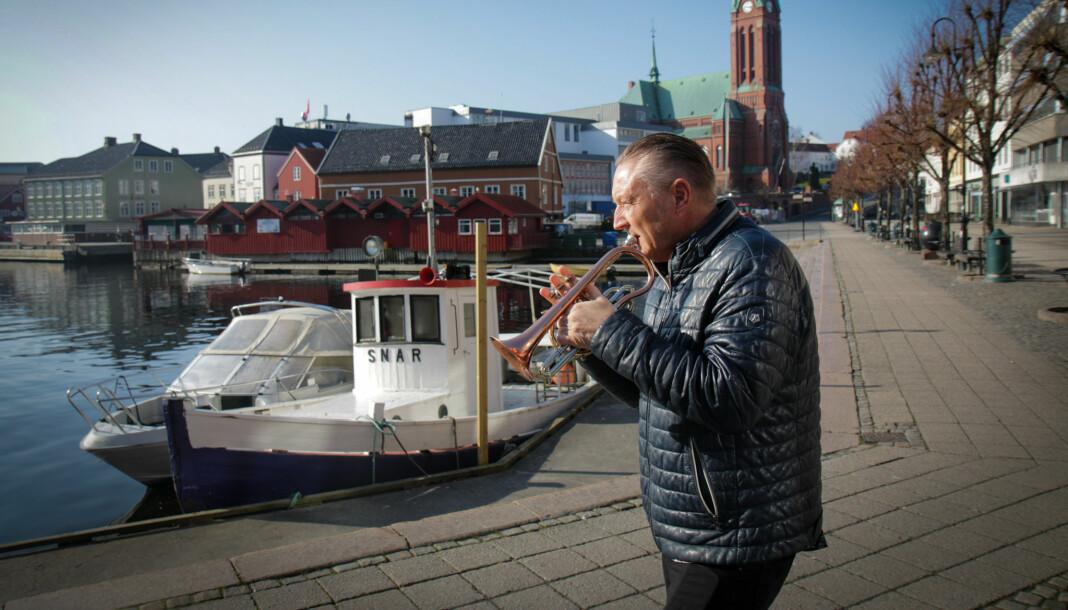 Daglig leder i Arendals Tidene, Odd Bjørn Jensen, spiller en trudelutt for Journalistens utsendte. Han er også gjerne avbildet med trompet på avisens forside. Foto: Ole Dag Kvamme