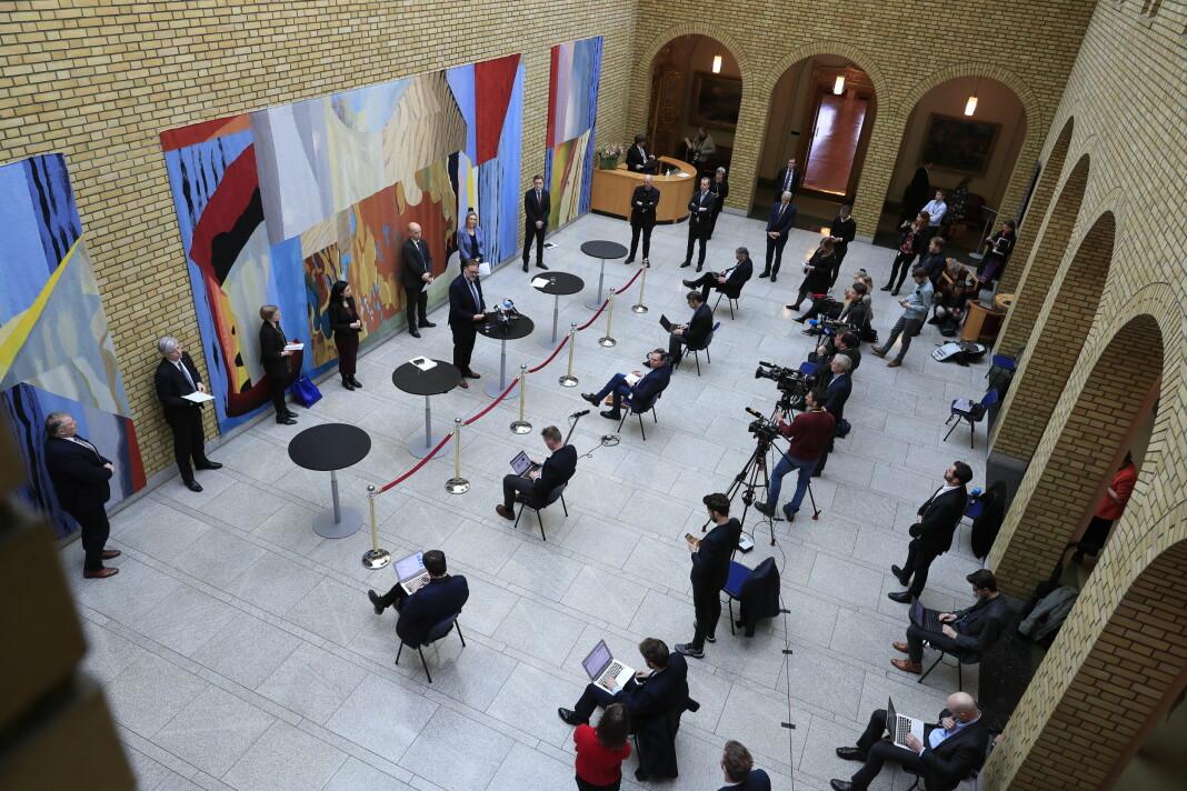 Et eksempel på hvordan Aftenposten jobber nå. Fotograf Olav Olsen fant en ny vinkel som viser avstanden mellom journalister, fotografer og folkevalgte på Stortinget, samtidig som han selv holdt avstand.