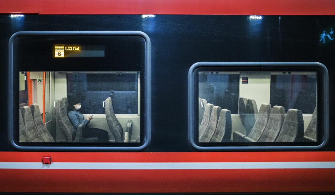 25. mars 14.30 stoppet dette nesten tomme toget på Nationaltheateret stasjon i Oslo. De fleste er med på dugnaden og holder seg hjemme.