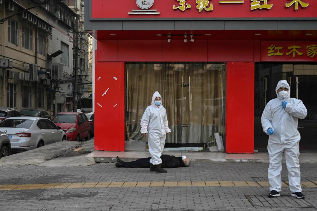 «... the image that captures the Wuhan coronavirus crisis», skrev The Guardian, men det fantes ingen beviser for at mannen faktisk døde av koronavirus, skriver IJNet. (Journalisten har valgt å sladde mannens ansiktet).