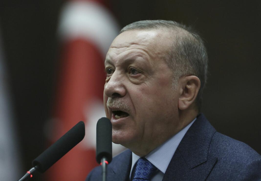 Tyrkias president Recep Tayyip Erdogan har anmeldt en populær ankermann på TV, som han anklager for å spre uriktig informasjon.