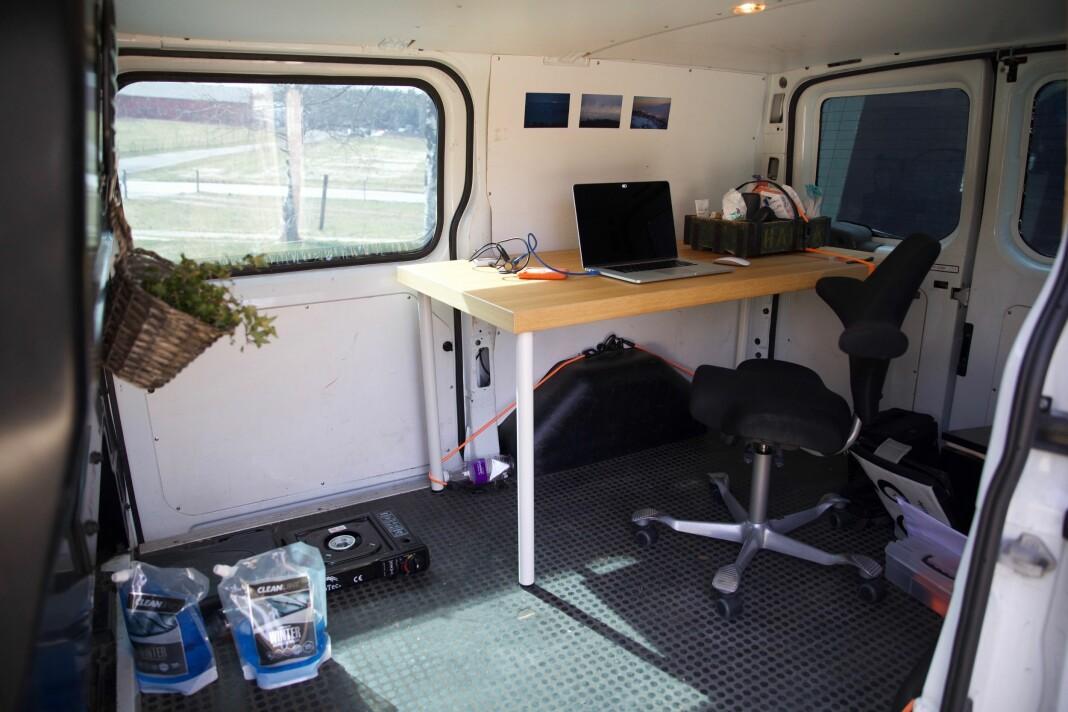 Klassekampen-fotograf Tom Henning Bratlie kjører rundt i kontoret sitt, med skrivebord, kontorstol, lademuligheter fotoutstyr og forskjellig smittevernsutstyr. Bilder på veggene, en liten plante har han også fått plass til.