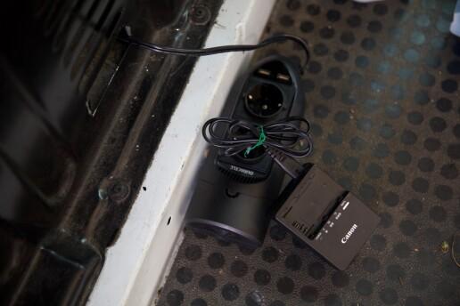 Fotografen bruker en omformer til 230V, så han får ladet Mac og batterier.