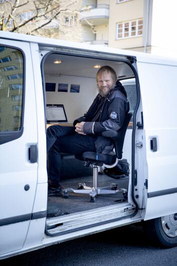 Klassekampens Tom Henning Bratlie har laget seg sitt eget «koronakontor» i denne varebilen.