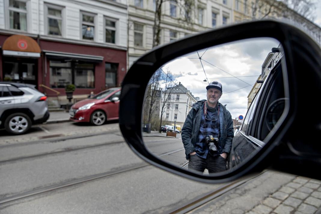 DN-fotograf og klubbstyremedlem i DN, Aleksander Nordahl, her ute på jobb i bilen han jobber mye fra under koronasituasjonen.