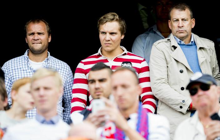 Hans Erik Ødegaard (t.v) er her på tribunen på Ullevål stadion under en treningskamp mellom Vålerenga og Real Madrid i 2015. Fotballagent Tore Pedersen til høyre i bildet.
