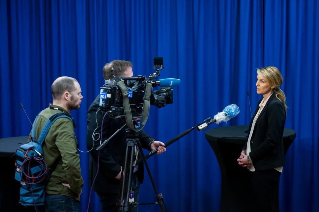 NRK-fotograf Lars Thomas Nordby og reporter Joakim Reigstad i intervju med avdelingsdirektør i Folkehelseinstituttet, Line Vold, etter en pressekonferanseom koronasituasjonen i mars.