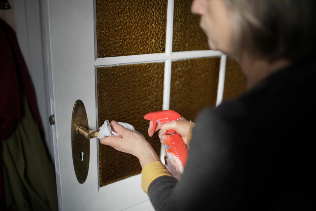 «Mamma under hennes nye, daglige rutine med å rengjøre hvert eneste dørhåndtak i huset»
