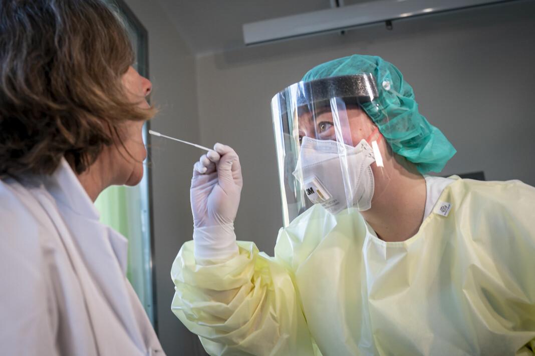 Mange saker om koronapandemien har illustrasjonsbilder som dette, og det finnes i dag lite fotojournalistisk dokumentasjon av hvordan sykehusene håndterer utbruddet. Det mener blant annet Aftenposten er problematisk.