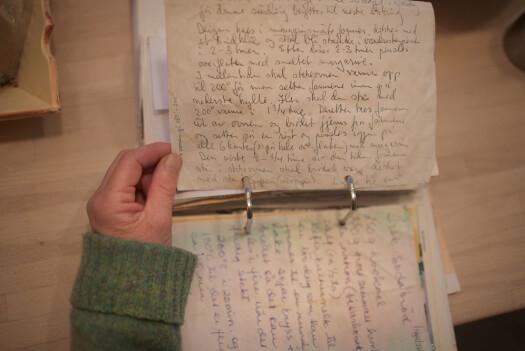 «Mamma leser sin fars håndskrevne oppskrift på surdeigsbrød».
