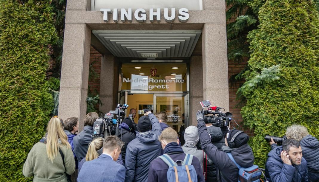 Både fotografer og journalister sto tett sammen i april før fengslingsmøtet til Tom Hagen i Romerike tingrett. Det er fotografer som i størst grad har vært i slike mulige «smittesituasjoner».