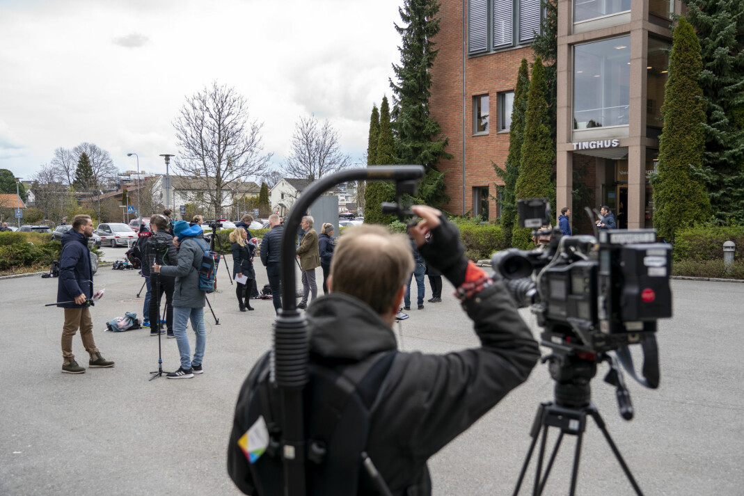 Fotografer og reportere samlet foran tinghuset i Lillestrøm
