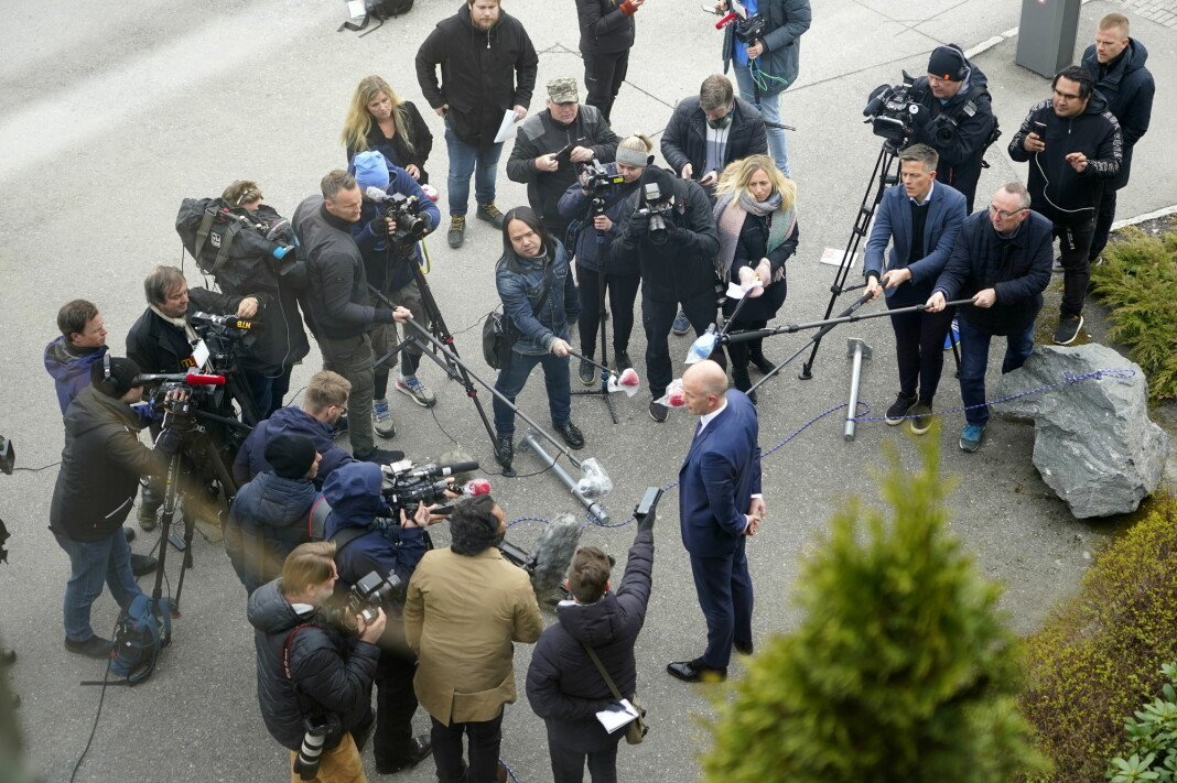 Pressen hadde god avstand til advokat Svein Holden utenfor Nedre Romerike tingrett etter fengslingsmøtet for drapssiktede Tom Hagen onsdag, men hvordan var det med avstanden til de andre journalistene?