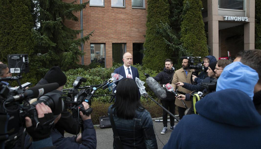 Journalistene sto tett utenfor tinghuset i Lillestrøm da de møtte forsvarer Svein Holden.